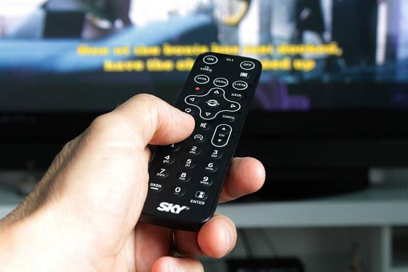 persona utilizando cuenta de hbo en tv
