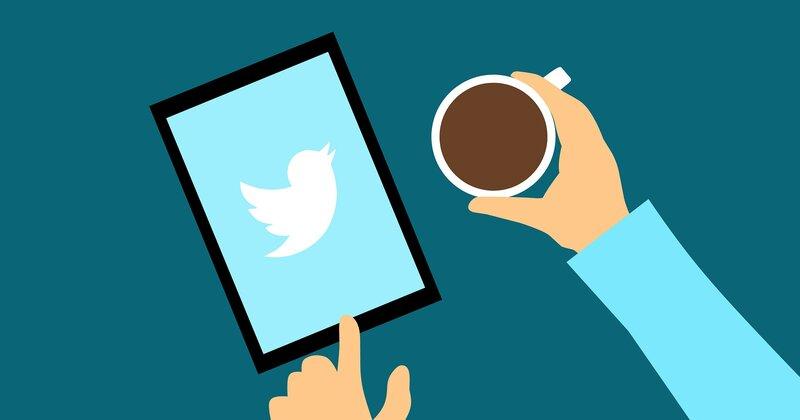 persona utilizando aplicacion de twitter en tablet