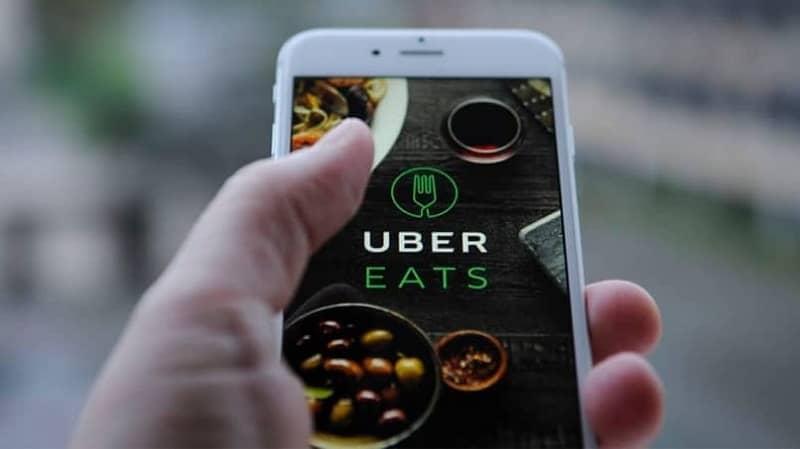 persona utilizando uber eats desde el movil