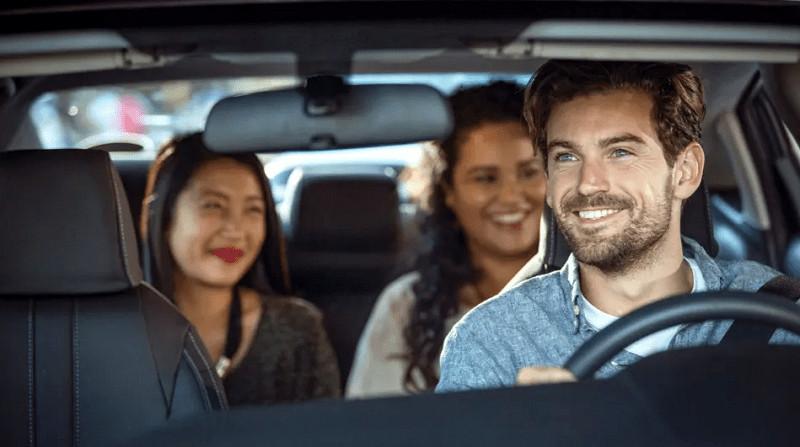 un conductor trasladando unas personas